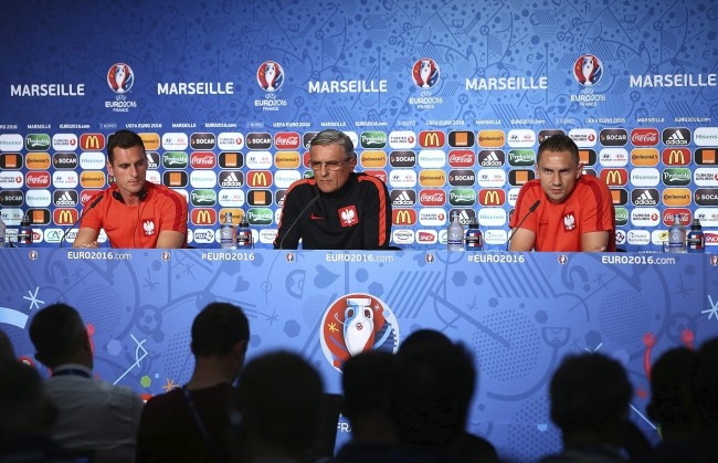 (L-R) Poland player Arkadiusz Milik, coach Adam Nawałka and player Artur Jedrzejczyk attend a press conference at the Stade Velodrome in Marseille, France, 29 June 2016. Photo: EPA/UEFA