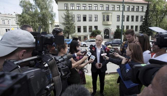 Прокурор Мариуш Пиндера (в центре) во время пресс-конференции