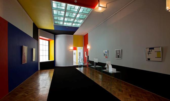 Неопластичний зал у Музеї мистецтва в Лудзі, спроектований у 1946 році Владиславом Стшемінським