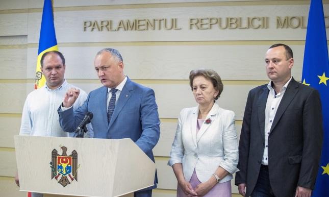 Президент Молдовы Игорь Додон (второй справа) во время брифинга в здании парламента в Кишиневе