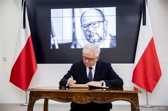 Polish FM in Brussels signs condolence book for slain Gdańsk mayor