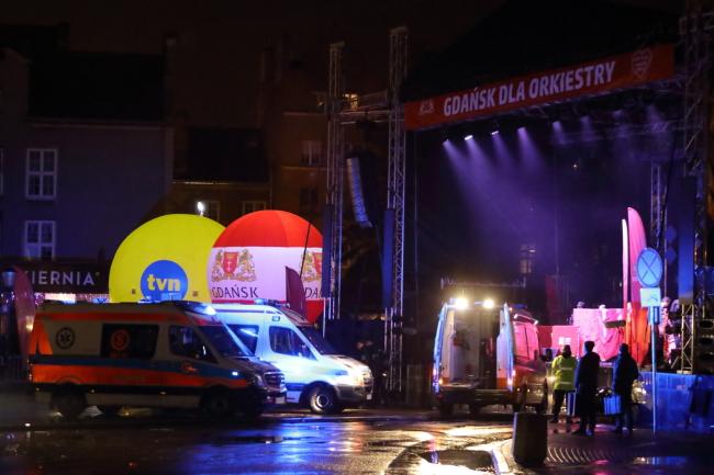 Мэр Гданьска Павел Адамович был доставлен в больницу после того, как на него напали в воскресенье, 13 января