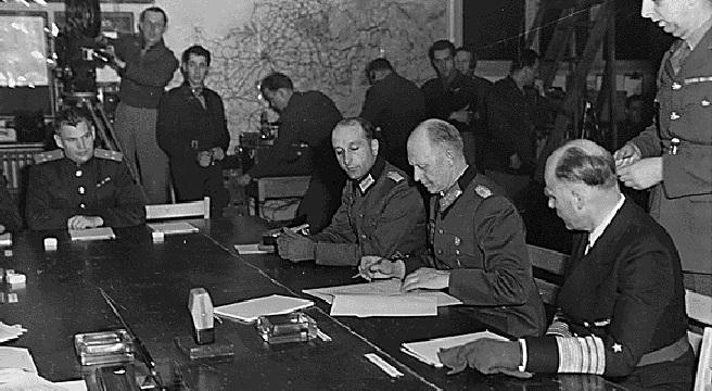Gen. Jodl podpisuje w Reims kapitulację Wehrmachtu.
