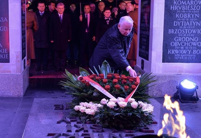 Jarosław Kaczyński at the Tomb of the Unknown Soldier. Photo: PAP/Marcin Obara.
