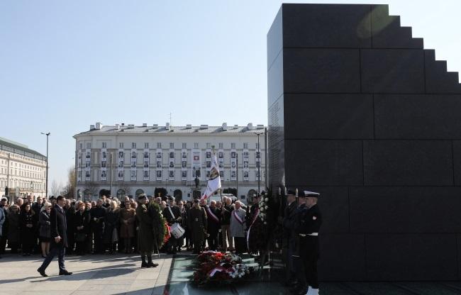 Памятные мероприятия у Памятника жертвам Смоленской катастофы в Варшаве