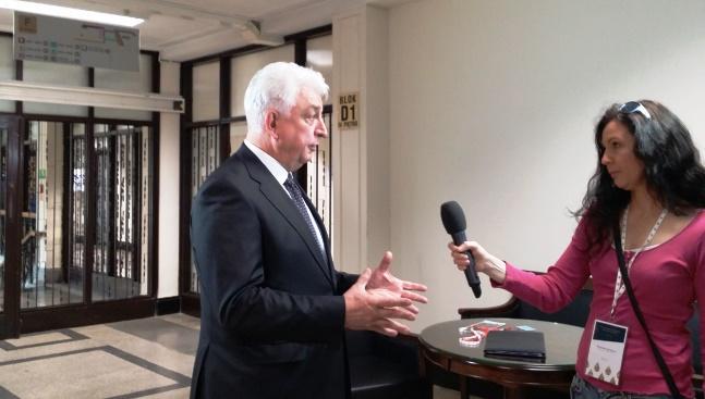 Анджей Шумовський охоче розмовляє з журналістами