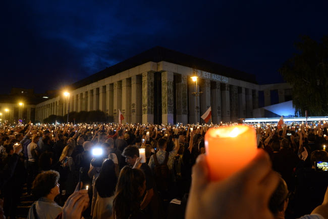 Protesters outside the Supreme Court in Warsaw. Photo: PAP/Jacek Turczyk