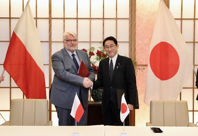 Polish FM Witold Waszczykowski with Japan's Fumio Kishida. Photo: MSZ