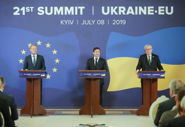 European Council President Donald Tusk, Ukrainian President Volodymyr Zelensky, and European Commission President Jean-Claude Juncker attend a press conference during the 21st EU-Ukraine summit in Kiev on Monday.