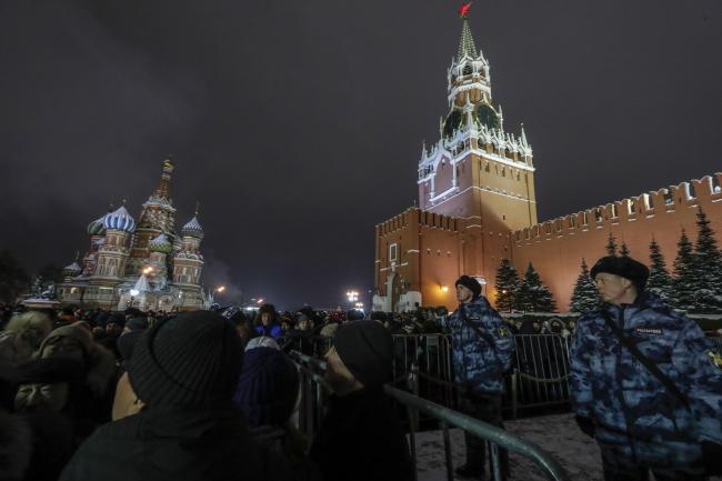 Российские полицейские охраняют людей, которые встречают Новый год на Красной площади в Москве