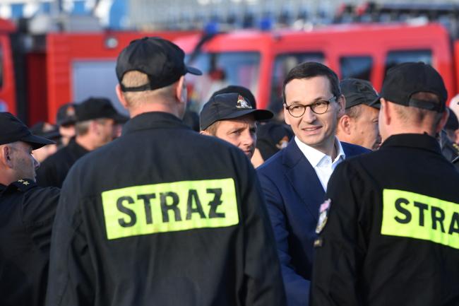 PM Mateusz Morawiecki meets Polish firefighters. Photo: PAP/Marcin Bielecki
