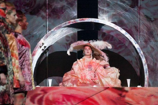 """Сцена из спектакля """"Ивонна, принцесса Бургундская"""" (режиссер Гжегож Яжина, Театр Наций, Москва). В главной роли Дарья Урсуляк."""
