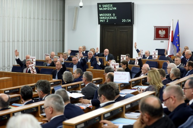 Poland's senators vote through contentious judicial reforms on Friday evening. Photo: PAP/Rafał Guz