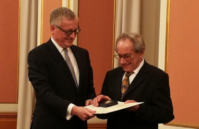 Der Übersetzer Winfried Lipscher (rechts) erhält den Bundesverdienstorden erster Klasse durch den Chef des Bundespräsidialamtes Stephan Steinlein verliehen.