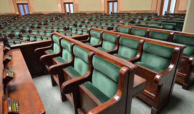 Места членов Совета министров в Зале заседаний Сейма