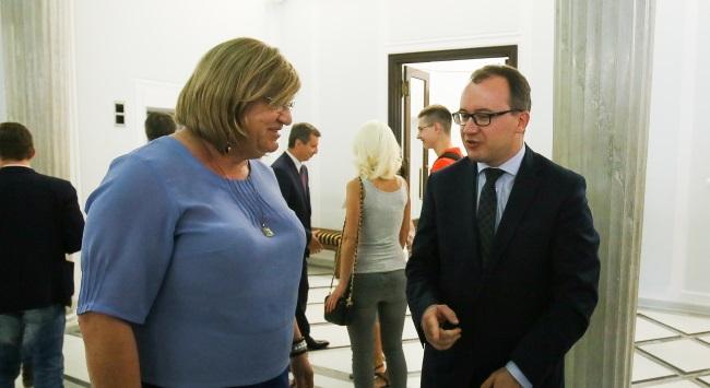 Deputy head of the Helsinki Human Rights Foundation Adam Bodnar (R) and Anna Grodzka (L) in the Sejm on 24 July. Photo: PAP