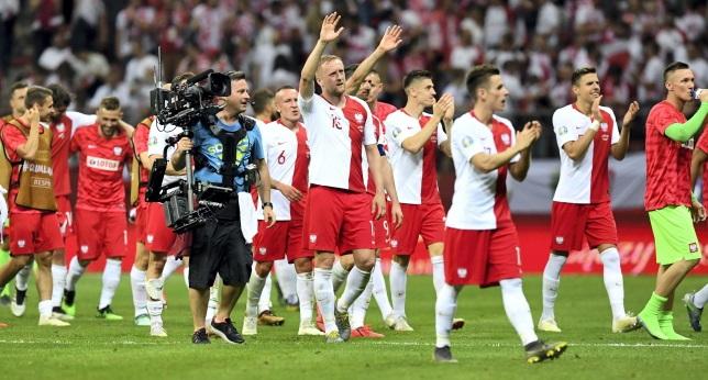 Футболисты сборной Польши благодарят болельщиков за поддержку после победы в отборочном матче с Израилем в групповом этапе чемпионата Европы