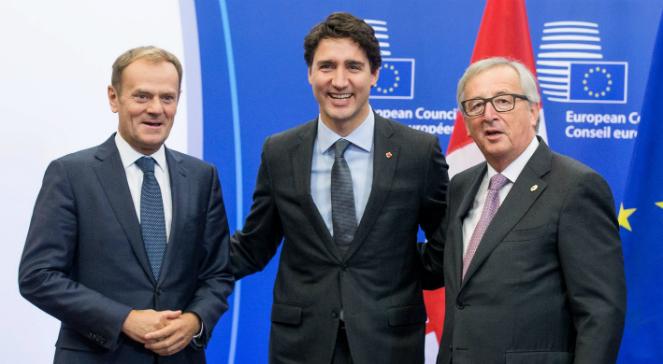 Premier Kanady  Justin Trudeau w towarzystwie przewodniczącego Rady Europejskiej Donalda Tuska (L) i przewodniczącego Komisji Europejskiej Jeana-Claude-a Junckera