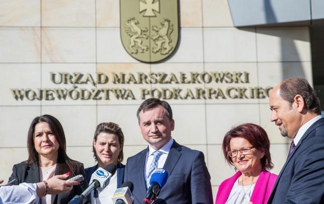Министр юстиции Польши Збигнев Зебро (в центре) на пресс-конференции в Жешуве