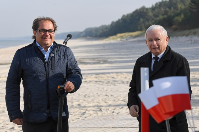 Poland's conservative leader Jarosław Kaczyński (right) and Maritime Economy and Inland Navigation Minister Marek Gróbarczyk (left) during a news conference on Tuesday. Photo: PAP/Adam Warżawa