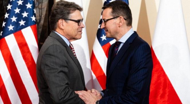 Премьер Польши Матеуш Моравецкий (справа) и министр энергетики США Рик Перри.