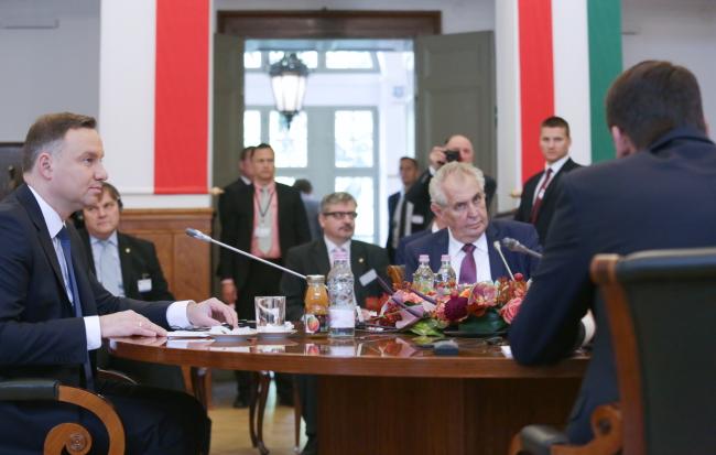 Саммит стран Вышеградской группы в Шекшарде в Венгрии (президент Польши Анджей Дуда на фото слева).