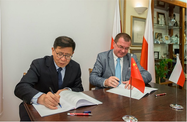 Polish Radio's Mariusz Staniszewski (right) and CNR's Shi Min ink the deal. Photo: Wojciech Kusiński/PR