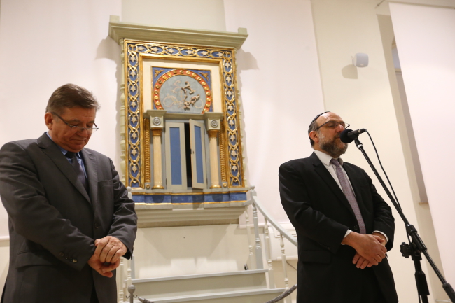 Chief Rabbi of Poland Michael Schudrich (R) speaks at the Płock synagogue on Thursday evening. Photo: PAP/Marcin Bednarski