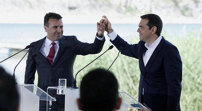 Премьер-министр Македонии Зоран Заев (слева) и премьер-министр Греции Алексис Ципрас после подписания соглашения о новом конституционном названии Македонии.