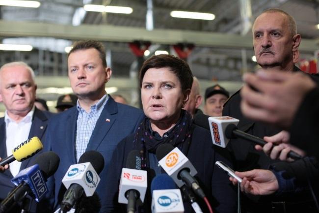 PM Beata Szydło (centre) briefs reporters in Zielona Góra on Friday. Photo: PAP/Lech Muszyński