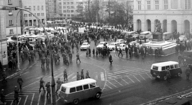 """Studentendemonstration nach der Entfernung des Klassikers """"Dziady"""" von der Bühne des Warschauer Nationaltheaters."""