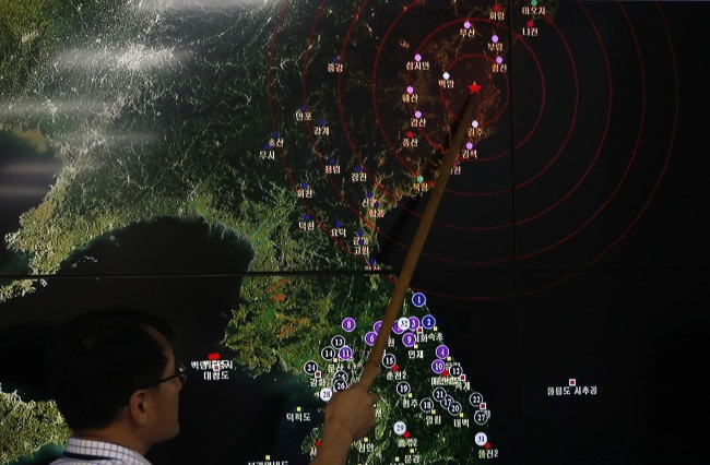 A screen shows seismic activity from North Korea at the Meteorological Administration center in Seoul, South Korea, 9 Sept. Photo: EPA/JEON HEON-KYUN
