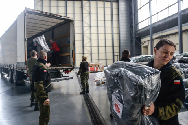 Aid packages for Nepal  loaded at Warsaw's Chopin Airport. Flights carrying material for quake-stricken Nepalis also left from Krakow. Photo: PAP/Jakub Kamiński. Photo: PAP/Jakub Kamiński