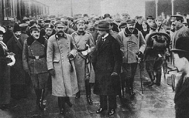 Вітаньне Пілсудзкага на вакзале ў Варшаве, 12 сьнежня 1916.