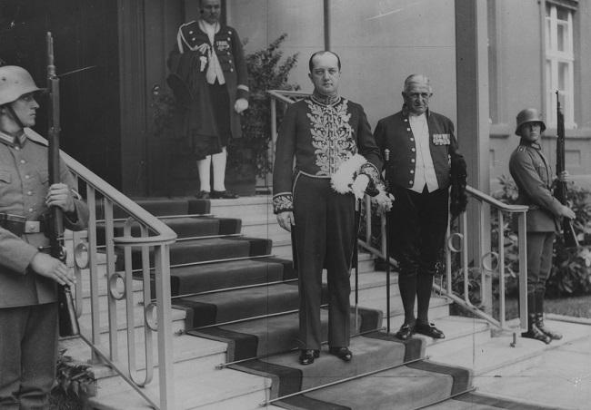 Пасол Юзэф Ліпскі пакідае Рэйхсканцылярыю пасьля ўручэньня даверчых грамат, 1933 год
