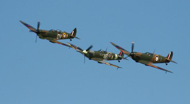 Samoloty spitfire podczas przelotu. Na takich maszynach latali między innymi Polacy walczący w bitwie o Anglię