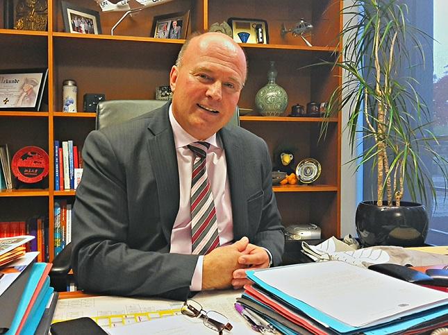 Hartmut Koschyk in seinem Büro im Deutschen Bundestag