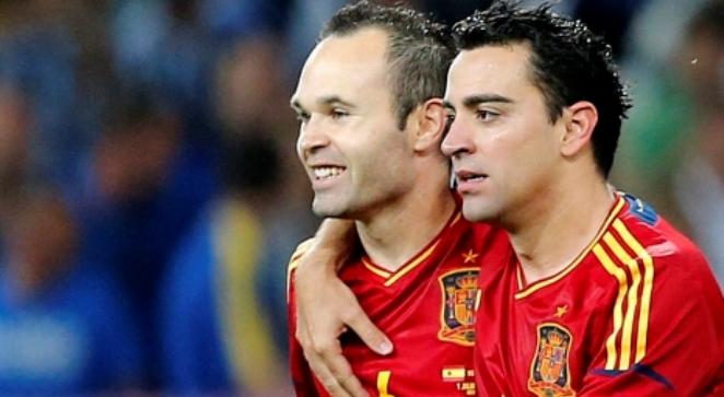 Andres Iniesta (z lewej) i Xavi Hernandez