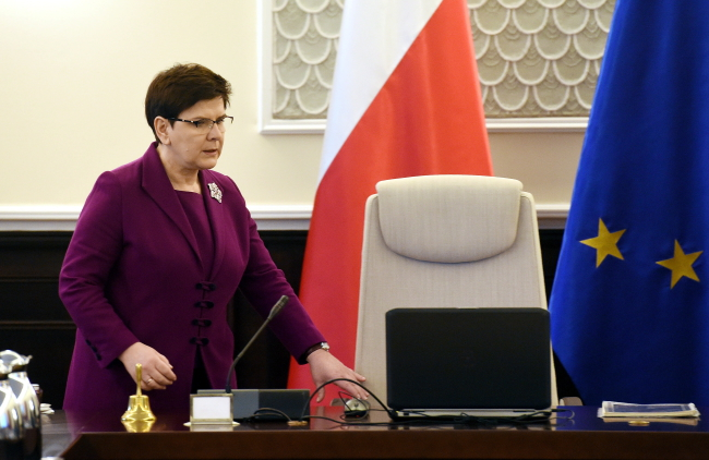 Polish PM accuses Hollande of blackmail, mocks his 4% poll rating