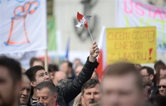Poles protest against anti-windfarm bill
