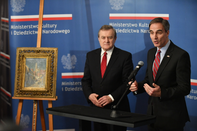 Polish Culture Minister Piotr Gliński and US Ambassador to Poland Paul W. Jones with the Śliwiński painting. Photo: PAP/Bartłomiej Zborowski.