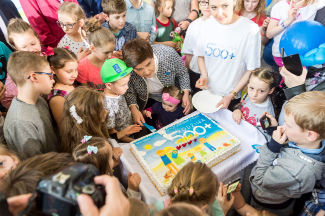 "Polish Prime Minister Beata Szydło cuts the 500+ programme's ""birthday cake"". Photo: PAP/Tytus Żmijewski."