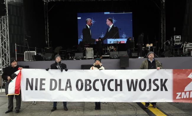 Протестующие против американских войск в Польше (во время приветствия армии в Варшаве).