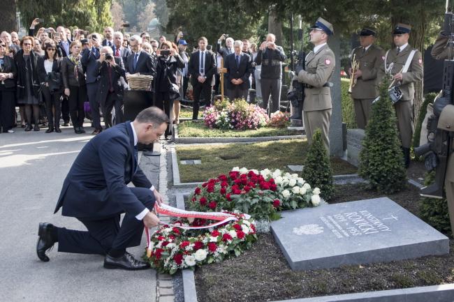 Президент Польши Анджей Дуда возлагает цветы к памятному знаку польскому консулу Константы Рокицкому