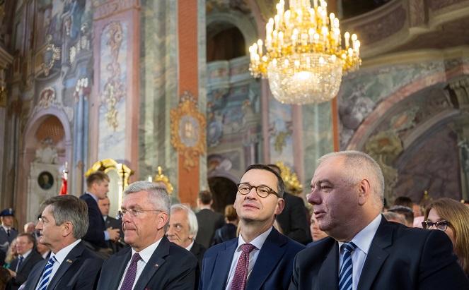 Премьер Польши Матеуш Моравецкий (второй справа), вице-председатель Совета министров Польши Яцек Сасин (справа), а также спикеры Сената Станислав Карчевский (второй слева) и Сейма Марек Кухциньский (слева) в кафедральном соборе в Люблине.