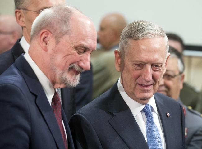 Polish Defence Minister Antoni Macierewicz and US Defence Secretary James Mattis. Photo: EPA/Stephanie Lecocq.