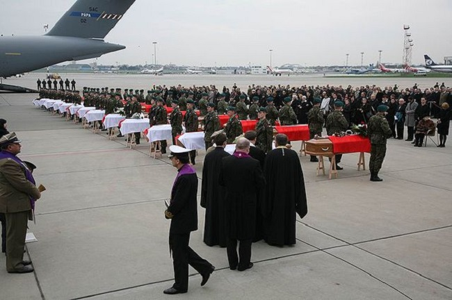 Coffins of the victims a few days after the crash. Photo: Wikimedia Commons/prezydent.pl/GNU licence