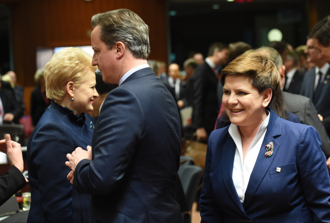 Prime Minister of Poland Beata Szydło (R) and Prime Minister of Great Britain David Cameron (C) during the ongoing summit in Brussels. PAP/Radek Pietruszka