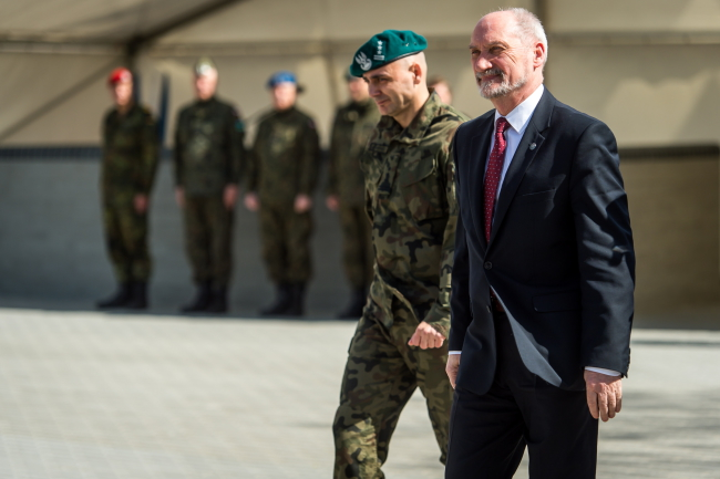 Defence Minister Antoni Macierewicz (R) and Colonel Artur Bogowicz (L) in Bydgoszcz on Wednesday. Photo: PAP/Tytus Zmijewski