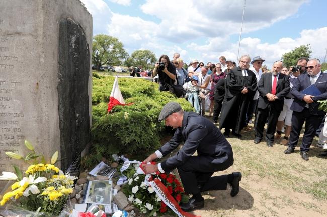 Министр Войцех Колярский из Канцелярии президента РП возглагает венок к памятнику евремя, убитым в Едвабне в 1941 г.
